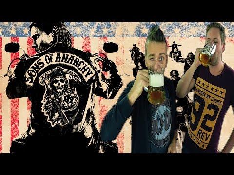 """seks - Serial opowiada o klubie motocyklowym """"Sons of Anarchy"""", który stara się chronić kalifornijskie miasteczko Charming przed dilerami narkotyków i wielkimi deweloperami. Jak w praktyce..."""