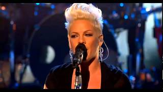 P!nk - Try (On The X Factor UK) (Live) lyrics (French translation). | Ever wonder about what he's doing 