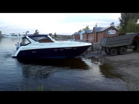 как одному спустить лодку с прицепа на воду