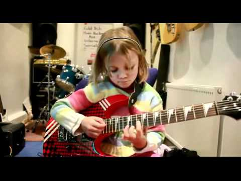 Tocar la (guitarra electrica) es cosa de niños
