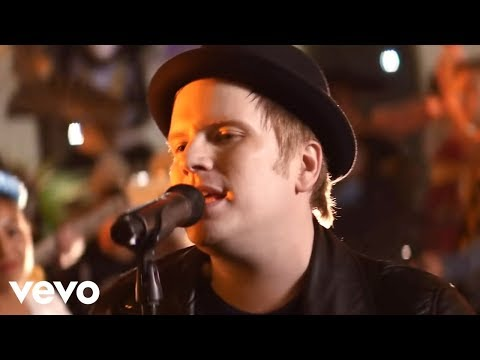 Fall Out Boy – HOLD ME TIGHT OR DON'T