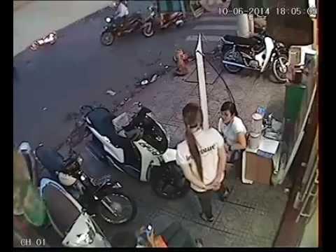 Trộm xe máy ngay trước mặt cô gái - Thế này thì chịu rồi