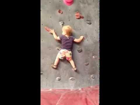 19 Monate alter Kletterer zeigt sein Können