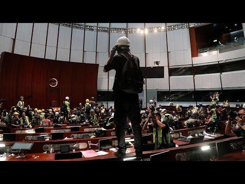 Χονγκ Κονγκ: Εισβολή διαδηλωτών στο Κοινοβούλιο