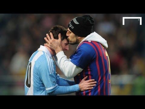 Fanático interrumpe partido para besar a Messi en la cabeza