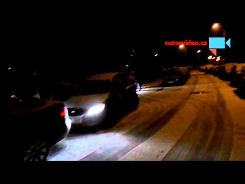 Ranní rozcvička, odstraňování námrazy z aut na Kladně