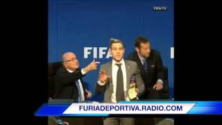 Bromista le avienta dinero a Blatter durante una conferencia de prensa