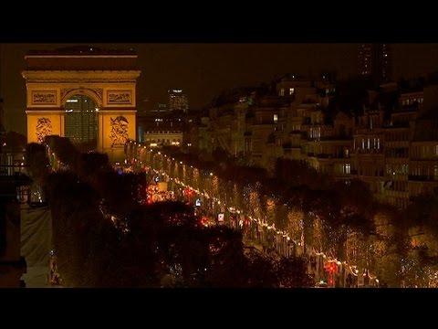 Paris : Omar Sy donne le coup d'envoi des illuminations de Noël sur les Champs Élysées