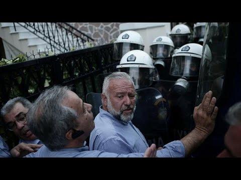 Lesbos: Krawalle, Streik und Demo wegen Flüchtlings ...