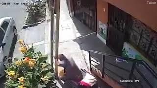 Nerwowy dziadek na wózku zrzuca pracownika z drabiny