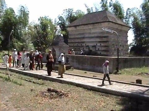 Mengunjungi makam Fatimah Binti Maimun yang unik