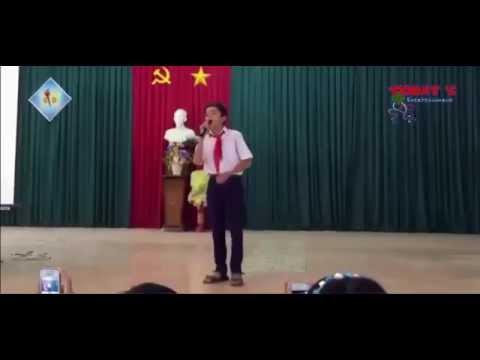 Em học sinh tiểu học hát Không Phải Dạng Vừa Đâu tại trường
