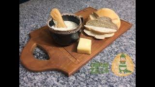 http://www.toquinhosdecurral.com.br/Fala Cambada!!! Dá uma olhada no que o Gordizilla trouxe pra você preparar pra Cremosa!!! Um creme de queijo animal!!!Assista o vídeo, deixe seu like, comente, compartilhe e se inscreva no canal!!!Ingredientes:500ml de leite2 colheres de farinha de trigo1 cebola100gr de muçarela ralada50gr de parmesão ralado100gr de queijo goudafio de azeitesal, pimenta e noz moscada a gosto