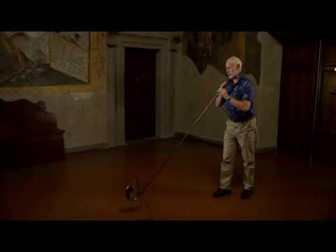 John y Patrick Kenny tocan la reconstrucción del desaparecido instrumento etrusco llamado Lituus.