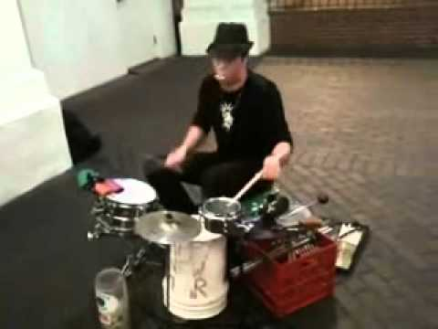 Impresionante baterista callejero!