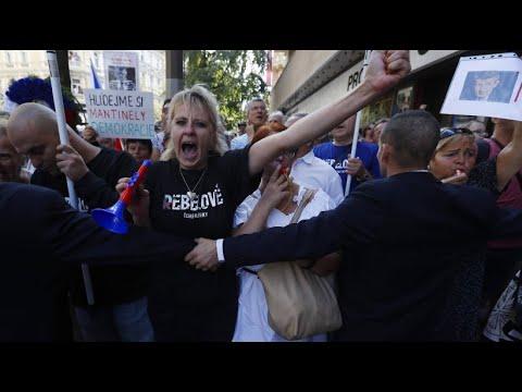 Prag: Wut auf Regierungschef Babis - Pfiffe beim Gede ...