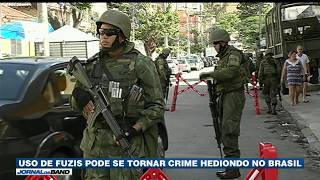O porte de armas de uso exclusivo das Forças Armadas - como fuzis e metralhadoras - pode se tornar crime hediondo no Brasil. Aprovado na Câmara, o projeto volta para o Senado.