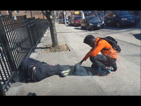 警察先生好奇這名男生為何用手碰流浪漢,一靠近後竟然發現對方在做他沒預料到的事…