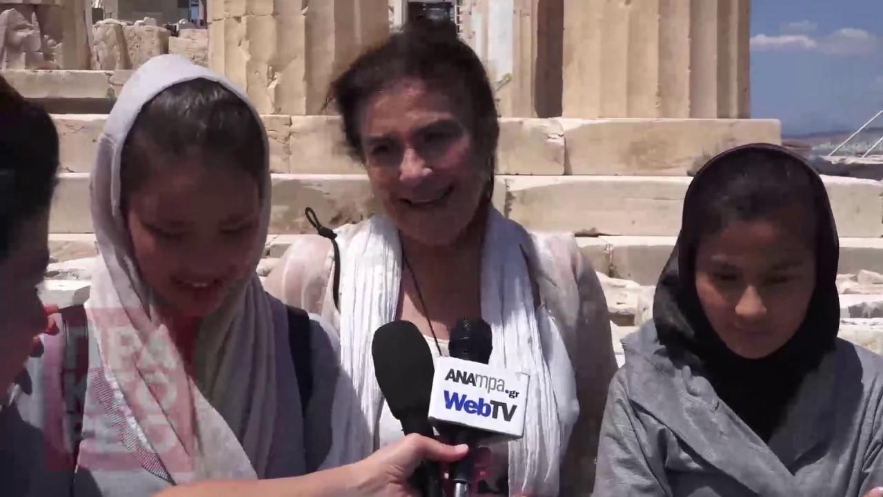 H υπουργός Πολιτισμού φιλοξένησε προσφυγόπουλα στην ακρόπολη