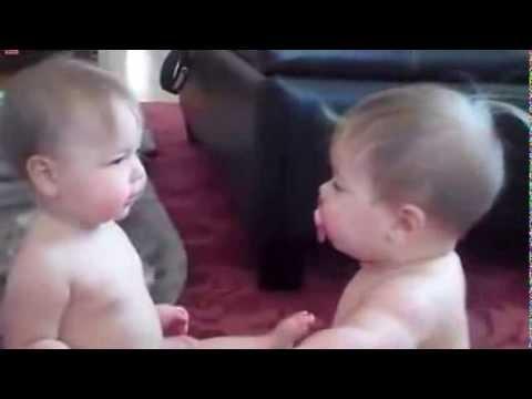 2 em bé cực dễ thương