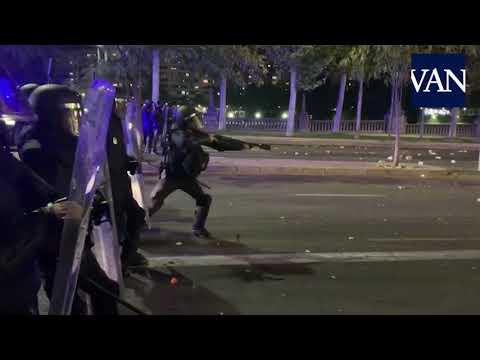 Video - Έκτροπα στις διαδηλώσεις για την απόσχιση της ΚαταλονίαςΟι εικόνες από την Καταλονία τις τελευταίες μέρες τρομάζουν. Λάστιχα και σκουπιδοντενεκέδες που φλέγονται, κουκουλοφόροι και αντιπαραθέσεις με αστυνομικούς. Η Καταλονία σύντομα και πάλι υπό αναγκαστική διοίκηση;