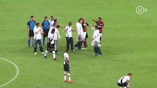 O Flamengo vencia o Vasco por 2 a 1, quando o clima fechou. O meia Bernardo sofreu falta de Paulinho quando puxava...