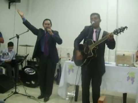 Dmarkes e Gilmar catando ao vivo o hino (loucura santa)do segundo CD