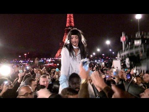 Paris - PURE MADNESS - We spotted the sexy singer Rihanna giving her Parisian fans the Time of their Life ! She can be Seen shooting a video advertising in front of the iconic Eiffel tower involving...