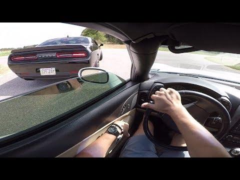 Pojat on poikia kun alla jyrisee Dodge Challenger SRT Hellcat
