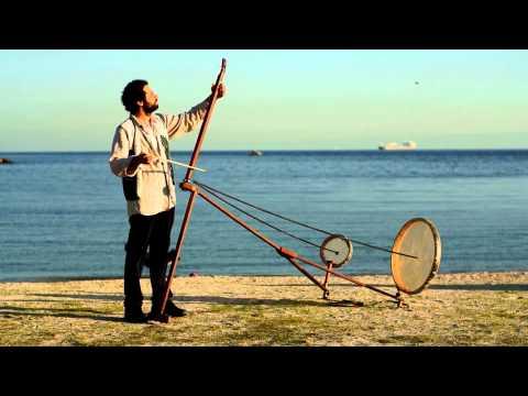 Mies soittaa erikoista soitin rannalla – Tällaista et ole ennen kuullut!