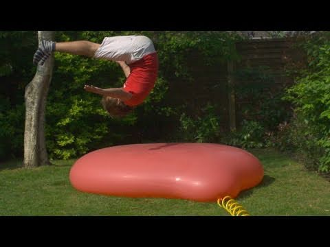 Un ballon géant qui éclate en slow-motion