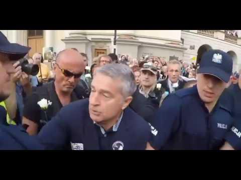 Łysy gość w okularach i ze słuchawką w uchu popycha Frasyniuka na policjanta!