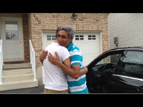 他存了很久的錢送給爸爸他夢寐以求的賓士車,沒想到爸爸剛坐進車就默默走到一邊...