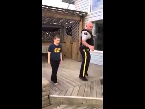 Barrhead Mountie dances like no one is watching to cheer up his kids (видео)