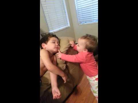 8個月大的寶貝想要叫醒3歲的哥哥,哥哥被弄醒後的反應讓我的心融化了!