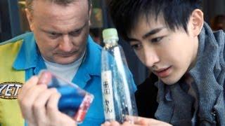 Ảo thuật làm iPhone xuyên qua chai nước, hack cmnr  :v