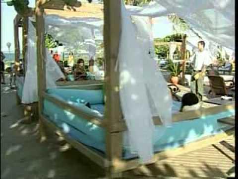 Praia Pop. Escritório de produção compõe lounge de praia com bóias infláveis