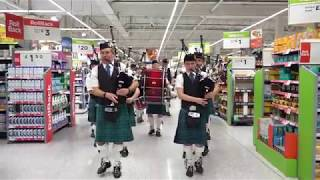 Video Newtonhill Pipe Band surprise shoppers in Asda Portlethen with flashmob walk through supermarket MP3, 3GP, MP4, WEBM, AVI, FLV Juli 2018