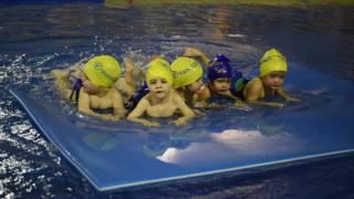 2 AÑOS B Disfrutando en la piscina. INICIACIÓN NATACIÓN