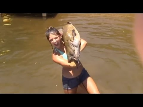 Alabama Country Girl Catches Giant Catfish With Bare
