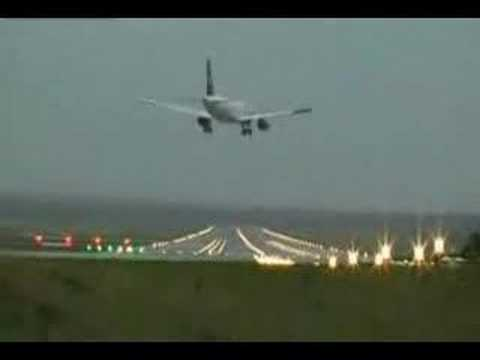 Very Extreme crosswind landing-amazing pilot!!! Must watch (Video)