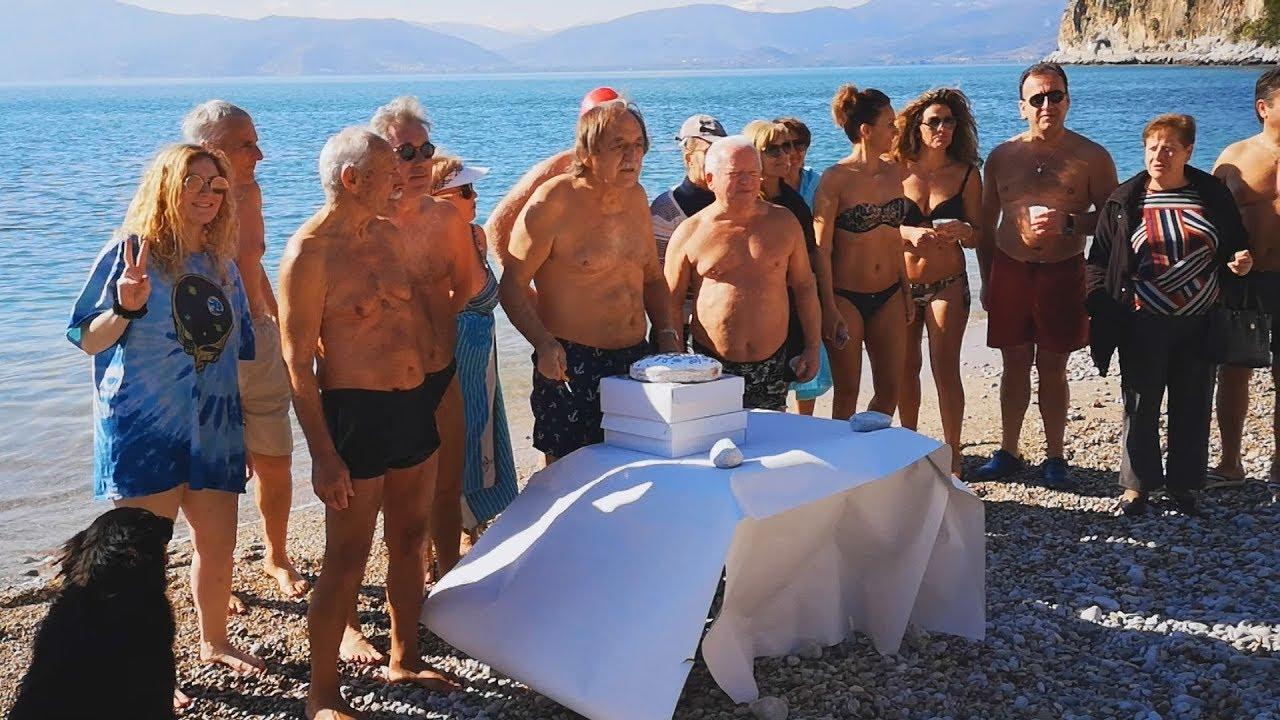 Χειμερινοί κολυμβητές στο Ναύπλιο έκοψαν την Πρωτοχρονιάτικη πίτα τους
