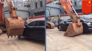 Xuancheng China  city photo : Irate backhoe operator pushes cars around construction site in China - TomoNews