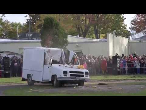VIDEO: Američané slaví příchod podzimu hodem obří dýně na dodávku!