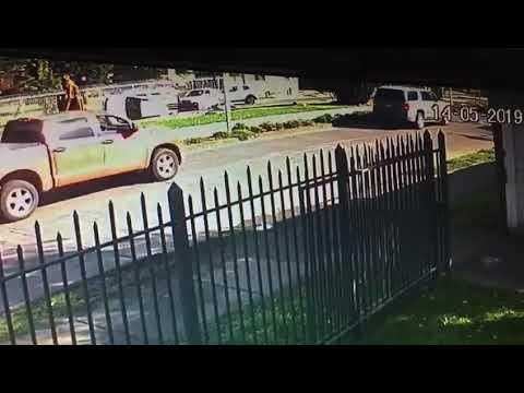 Chile: Cámara de seguridad registra momento en que automóvil atropella a dos policías (VIDEO)