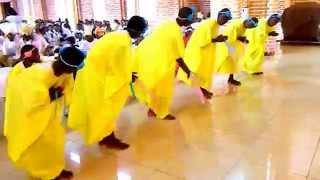Célébration eucharistique solennelle en Kirundi à la Cathédrale du Cœur Immaculé de Marie, à Ngozi (Burundi). ici, le Kyrie et le Gloria in Excelsis Deo.