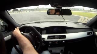 Três voltas onboard com BMW M5 V10 que fez o melhor tempo na categoria Turismo e o quarto melhor tempo no geral, a frente...