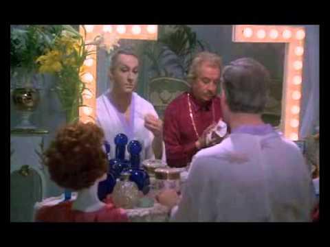 Locas! - Albin, para demostrarle a Renato que a pesar de los años todavía es capaz de seducir vestido de mujer, sale a la calle dispuesto a ligar con algún hombre. Pe...
