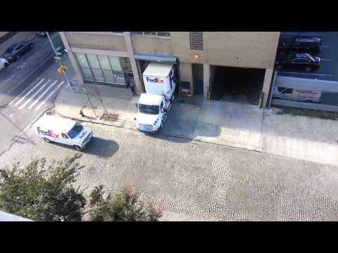 這個卡車司機在遇到超窄門口的時候根本沒在怕,他只用了短短「20秒」就讓大家見證神一般的倒車入庫!