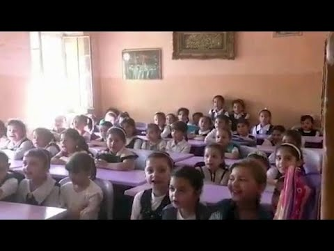 العرب اليوم - شاهد: عودة الأطفال إلى المدارس في الموصل